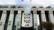 """Vor dem Haupteingang des Obersten Gerichts in Warschau hängt ein Banner mit der Aufschrift """"Konsytucja"""" (zu deutsch: Verfassung)."""