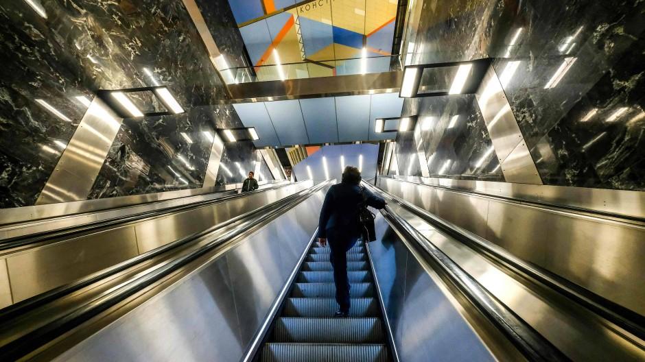 Metro-Station in Moskau: Wegen des langen Aufenthalts im Untergrund wurde die Arbeit im Führerhäuschen bislang als gesundheitsschädlich für Frauen eingestuft.