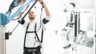Hilfe von außen: Mit Exoskeletten lassen sich anstrengende Tätigkeiten länger ohne Schaden verrichten.