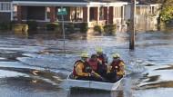 Rettungskräfte bringen Anwohner in Lumberton, North Carolina in Sicherheit. Der Bundesstaat wurde zum Notstandsgebiet erklärt.
