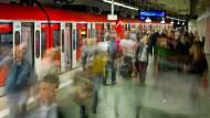 Pendleralltag: Schon jetzt sind die Züge brechend voll und häufig unpünktlich (Symbolbild).