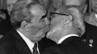 Régis Bossus historisches Bild: Der innige Bruderkuss zwischen Leonid Breschnew und Erich Honecker.