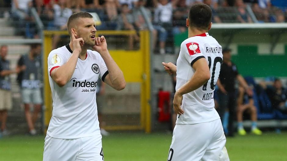Ante Rebic (l.) beweist mit seinen drei Treffern den großen Wert, den er für die Eintracht haben kann.