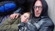 """Die Obdachlosen Chris (r) und Tatjana im Dezember vor einem Hauseingang in Hamburg: """"Wenn Obdachlose genügend sichere Schlafplätze hätten, würde es keine Vorfälle geben"""", sagt Puhl."""