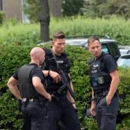 Schwerbewaffnete Polizisten mit Maschinenpistolen und schusssicheren Westen riegelten das Klinikgelände ab.