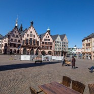 Wo einst die frischgekrönten Könige sich dem Volk zeigten, fällt die Schrumpfung der Gesten besonders ins Auge: Der Frankfurter Römerberg am 25. März 2020.