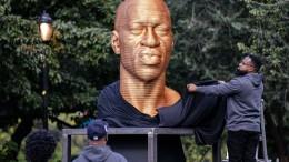 Skulptur von George Floyd mit Farbe bespritzt