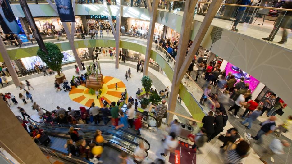 """Noch eins: Kundschaft in dem am Donnerstag eröffneten Einkaufszentrum """"Milaneo"""" in Stuttgart"""
