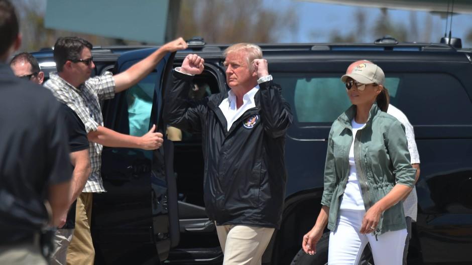 """Präsident Donald Trump und """"First Lady"""" Melania bei der Ankunft auf der Muñiz Air National Guard Base in Carolina, Puerto Rico"""