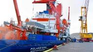 """Der Eisbrecher """"Polarstern"""" liegt noch gut vertäut im norwegischen Hafen Tromsø. Bis zu 44 Crewmitglieder und 55 Wissenschaftler haben Platz an Bord."""