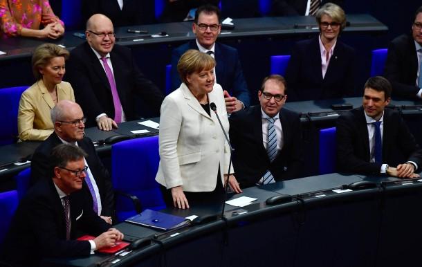 Die Kanzlerin nimmt ihre Wahl an. Sie hat 364 von 692 Stimmen erhalten.