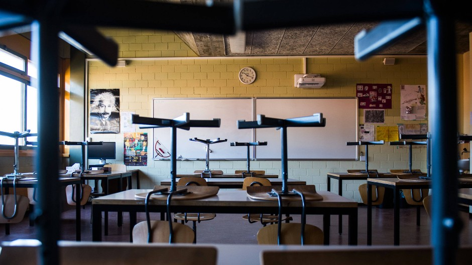 Stühle hoch: In vielen Schulen fällt wegen des Coronavirus der Unterricht aus.