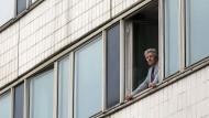 Thomas Verch, Beamter der Stadtverwaltung Neubrandenburg, schaut aus seinem Bürofenster.