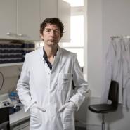 Christian Drosten leitet das Institut für Virologie an der Berliner Charité und hat eine Professur für Virologie inne. Er ist Mitentdecker des SARS-Erregers, sein Team forscht zu MERS, entwickelte einen Test für das neue, in China grassierende Coronavirus und publizierte das Genom aus einer ersten deutschen Probe.