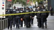Das Time Warner Center in New York wird am Mittwoch nach dem Versand der Briefbomben abgesichert.