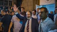 Armeniens Regierungschef Nikol Paschinjan nach seinem Sieg vor dem Hauptquartier seiner Partei in Eriwan