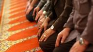 Gläubige Muslime im Gebetsraum einer Moschee (Archivbild)