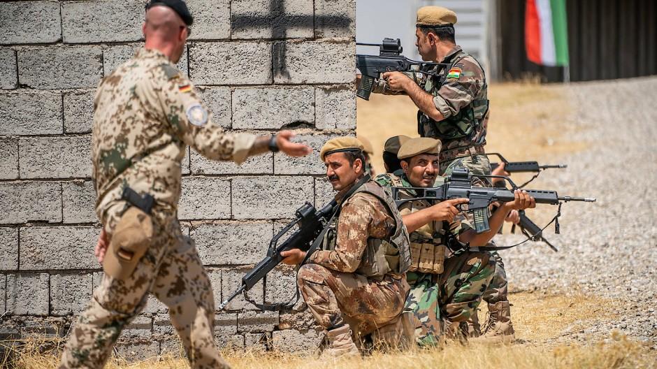 Ein deutscher Ausbilder und kurdische Kämpfer im Nordirak