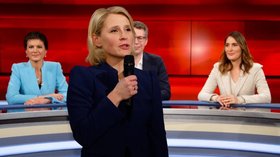 Die Moderatorin Susan Link vertritt den erkrankten Moderator Frank Plasberg in der WDR-Talkshow Hart aber fair. Hinter ihr die Linken-Politikerin Sahra Wagenknecht, der CSU-Generalsekretär Markus Blume und die ARD-Börsenexpertin Anja Kohl (von links)