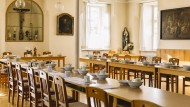 Jede Ordensschwester der Salesianerinnen hatte ihr eigenes Geschirr: Im Refektorium (Speisesaal) von Kloster Beuerberg aßen mehr als sechzig Nonnen.