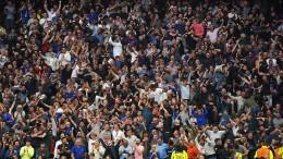 Stehplätze in englischen Fußballstadien wieder erlaubt