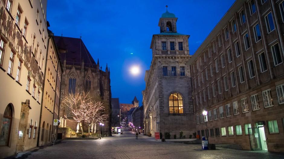 Nürnbergs Bürgermeister Thorsten Brehm muss seinen Platz im Rathaus (rechts) räumen.