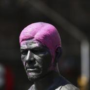 Am internationalen Frauentag demonstrierten in Mexiko Tausende Frauen und Mädchen gegen Gender-Gewalt. Dabei wurden die Haare dieser männlichen Statue umgestylt.