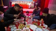 Wird es ein gutes neues Jahr für China mit Trump im Weißen Haus?: Eine chinesische Familie feiert in Peking.