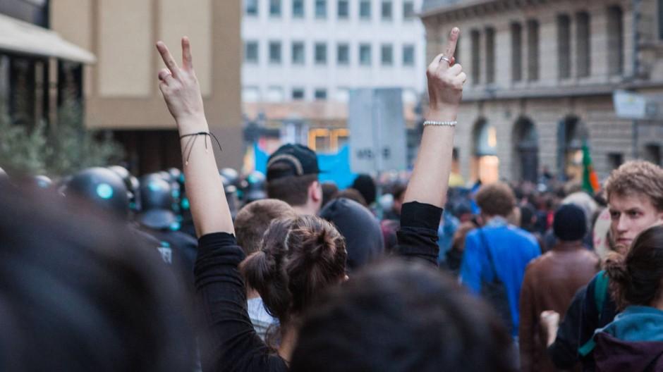 Finger und Friede: Eine Demonstrantin zeigt ihr ambivalentes Verhältnis zum Geschehen