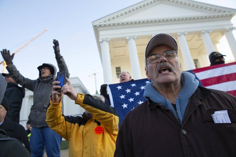 Redner verteidigen privaten Waffenbesitz vor dem Kapitol des Bundesstaates Virginia in Richmond.