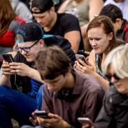Kopf gebeugt, Augen auf den Bildschirm: So sitzen weltweit mittlerweile Millionen Menschen tagtäglich in der Öffentlichkeit.