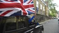 Ein Taxifahrer feiert am Freitag mit dem wehenden Union Jack in der Hand das Votum für einen Austritt aus der EU.
