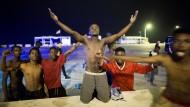 Sie haben es geschafft: junge Flüchtlinge am Montagmorgen in Ceuta