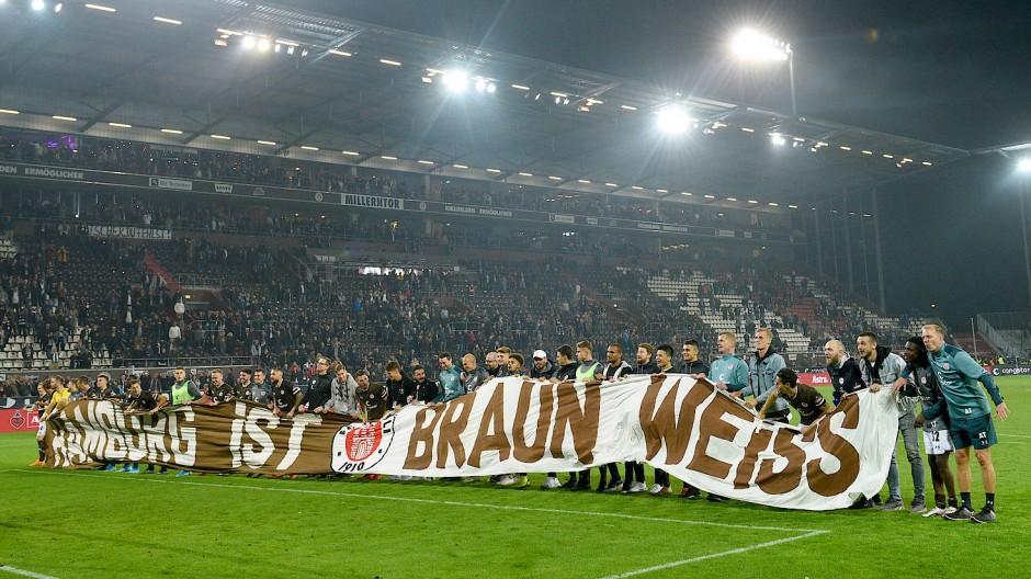 """Spieler und Fans des Kiezclubs feiern den Derbysieg: """"Hamburg ist braun-weiß."""""""