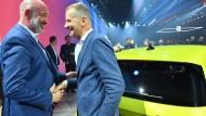 Lachen für die Kameras: Betriebsratschef Bernd Osterloh und VW-Chef Herbert Diess (rechts) im Oktober 2019 in Wolfsburg