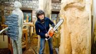 Zupackend: Sieglinde Gros arbeitet in ihrem Michelstädter Atelier an einer neuen Skulptur.