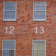 Statt einer Hausnummer: Blick auf die Zellen der Justizvollzugsanstalt Wupptertal-Ronsdorf
