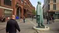 Die Adam Opel Statue vor dem alten Werksgebäude in Rüsselsheim.