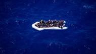 Auf dem Weg nach Europa: Schlauchboot mit Migranten vor der libyschen Küste am 5. Juni