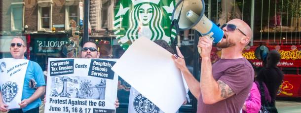 Trinkt euren Kaffee doch woanders: Fröhlicher Protest gegen Steuervermeider Starbucks in Dublin