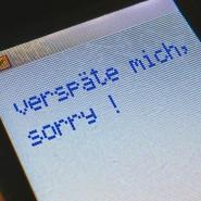 """""""Sorry, bin zu spät!"""" – Seit der Erfindung des Handys kann man immerhin Bescheid sagen."""