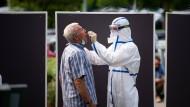Ein Mann lässt sich an einer mobilen Teststation im schleswig-holsteinischen Heide auf das Coronavirus testen.