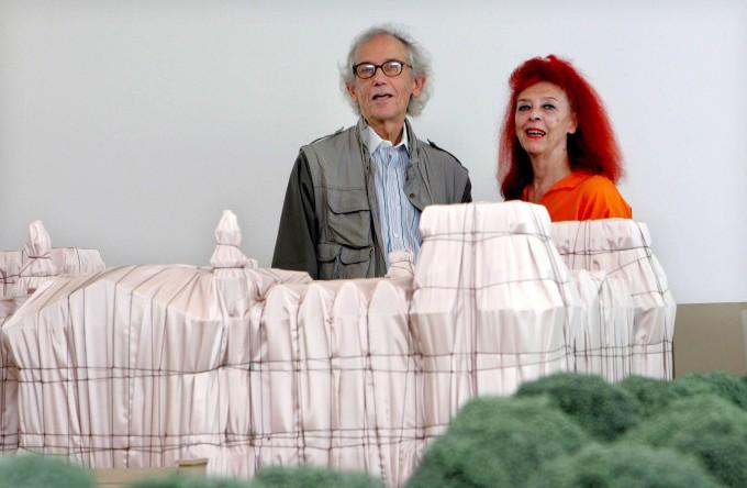 Christo, Jeanne-Claude und ein Modell eines ihrer bekanntesten Werke: der verhüllte Berliner Reichstag
