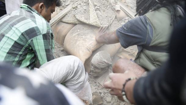 Mehr als 1800 Tote nach Erdbeben in Nepal