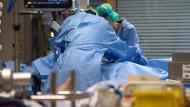 Medizinisches Personal kümmert sich auf einer Intensivstation des RKH Klinikums Ludwigsburg um einen Covid-19-Patienten.