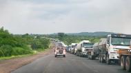 Eine Kolonne von Lastkraftwagen am Grenzübergang zwischen Sambia und Kongo in Kasumbalesi