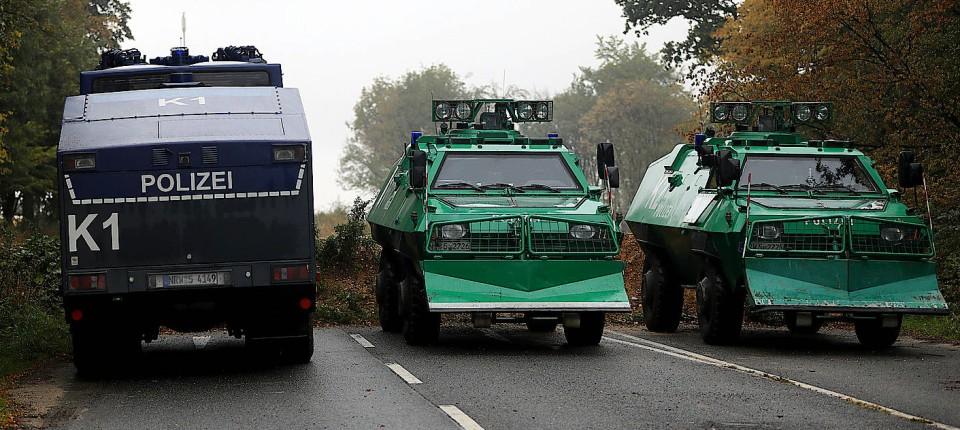 Polizeifahrzeuge stehen vor dem Hambacher Forst. Behörden wollen mit Räumungen nun beginnen.