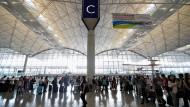 Passagiere am wieder geöffneten Flughafen in Hongkong