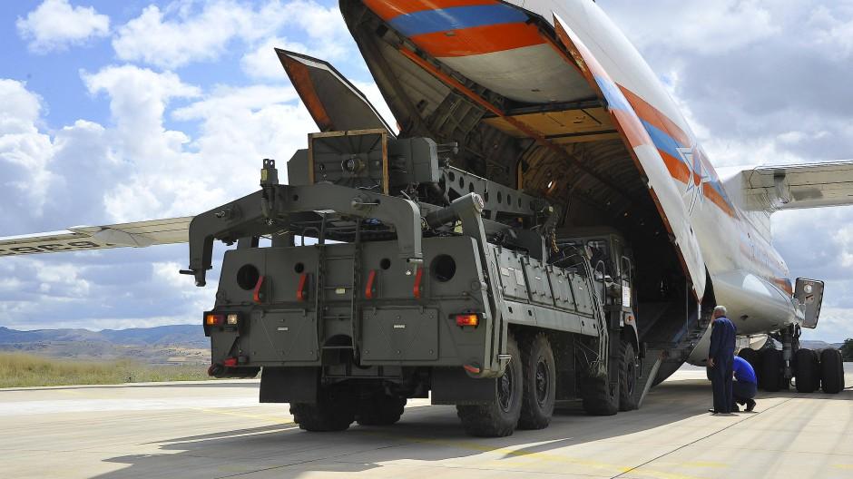 Teile des S-400-Raketenabwehrsystems werden auf dem türkischen Luftwaffenstützpunkt Mürted von einem russischen Transportflugzeug entladen.