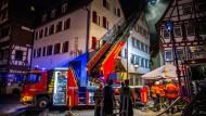 Feuerwehrleute sind in der Nacht auf Montag in Markgröningen im Einsatz.
